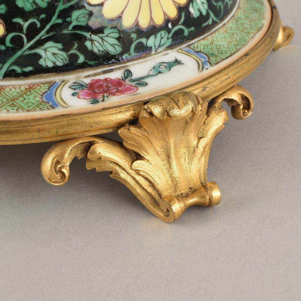 Porcelaine Yongzheng period (1723-1735) pour la porcelaine, France, XIXe siècle pour la monture en bronze doré, Chine